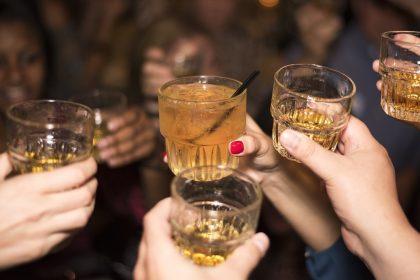 Rynek whisky ma się dobrze. Polacy coraz częściej sięgają po droższe odmiany tego trunku