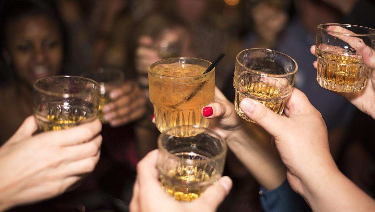 Rynek whisky ma się dobrze. Polacy coraz częściej sięgają po droższe odmiany tego trunku.